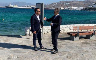 Ο κ. Χρυσοχοΐδης με τον δήμαρχο του νησιού, Κων. Κούκα.