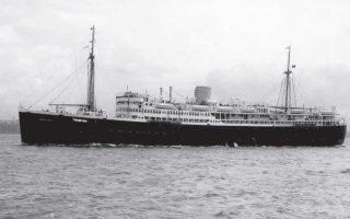 O Ούλριχ Αλεξάντερ Μπόσβιτς ήταν ανάμεσα στους 362 επιβάτες που χάθηκαν στον Ατλαντικό με το πλοίο «Abosso» (φωτ.) το οποίο χτυπήθηκε από τορπίλη. Είχε μαζί του το διορθωμένο κείμενο του «Ταξιδιώτη».