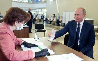 O Ρώσος πρόεδρος ενώ ετοιμάζεται να ψηφίσει. Το αποτέλεσμα ήταν λογικό να του προκαλέσει χαμόγελα, τα οποία όμως δεν είναι βέβαιο ότι η κατάσταση της οικονομίας θα επιτρέψει να διατηρηθούν εσαεί (Φωτ. ALEXEI DRUZHININ / SPUTNIK / A.P.).