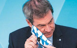 O πρωθυπουργός της Βαυαρίας, Μάρκους Σέντερ, φοράει μάσκα στα χρώματα του κρατιδίου (Φωτ. EPA).