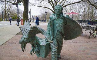 Γλυπτό του Εντγκαρ Αλαν Πόε με το θρυλικό του κοράκι (από το ομώνυμο ποίημα) στη Βοστώνη. «Οι φόνοι της οδού Μοργκ» του Πόε είναι το πρώτο αστυνομικό διήγημα και αυτό που συνέβαλε πιο αποφασιστικά στην καθιέρωση του είδους (Φωτ. SHUTTERSTOCK).