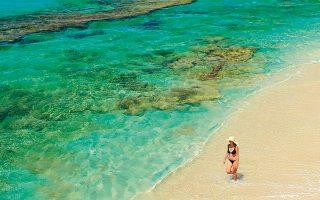 Τα γαλαζοπράσινα νερά στην παραλία της Πλάκας. (Φωτογραφία: VISUALHELLAS.GR)