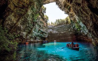 Η Μελισσάνη θεωρείται ένα από τα πιο εντυπωσιακά λιμνοσπήλαια του κόσμου. (Φωτογραφία: ΠΕΡΙΚΛΗΣ ΜΕΡΑΚΟΣ)