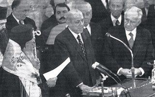 Δεκέμβριος 1974. Ο Μιχαήλ Στασινόπουλος, εν μέσω του Αρχιεπισκόπου Σεραφείμ και του προέδρου της Βουλής Κωνσταντίνου Παπακωνσταντίνου, ορκίζεται προσωρινός Πρόεδρος της Ελληνικής Δημοκρατίας. Η θητεία του διήρκεσε έως τις 20 Ιουνίου 1975 (Φωτ. ΜΙΧΑΛΗΣ Ν. ΚΑΤΣΙΓΕΡΑΣ, «ΕΛΛΑΔΑ 20ός ΑΙΩΝΑΣ, ΟΙ ΦΩΤΟΓΡΑΦΙΕΣ»).