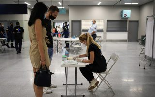 Health Ministry officials conduct coronavirus disease (COVID-19) tests on passengers from Germany, who were frontline workers during the outbreak of the virus, upon arriving on a TUI Airways flight at Kos International Airport on the island of Kos, Greece, June 29, 2020. REUTERS/Alkis Konstantinidis