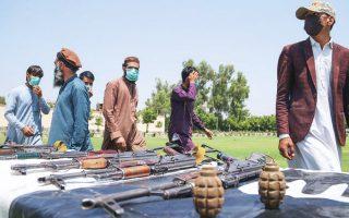Πρώην μαχητές των Ταλιμπάν παραδίδουν τον οπλισμό τους στις 25 Ιουνίου στην πόλη Τζαλαλαμπάντ, στο πλαίσιο της ειρηνευτικής συμφωνίας με την αφγανική κυβέρνηση (Φωτ. EPA).