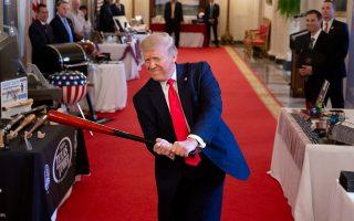 Με αφορμή την 4η Ιουλίου, ο Ντόναλντ Τραμπ φιλοξένησε στον Λευκό Οίκο έκθεση για το «πνεύμα της Αμερικής». Συμμετείχε και εταιρεία κατασκευής μπαστουνιών του μπέιζμπολ, ένα από τα οποία έσπευσε να δοκιμάσει (Φωτ. EPA / MICHAEL REYNOLDS).