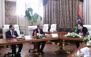 Στιγμιότυπο από την πρόσφατη συνάντηση του Φαγέζ αλ Σαράζ (δεξιά) με τους Μεβλούτ Τσαβούσογλου και Μπεράτ Αλμπαϊράκ στην Τρίπολη (Φωτ. REUTERS)/