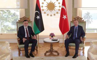 Ο Τούρκος πρόεδρος Ταγίπ Ερντογάν (δεξιά) με τον επικεφαλής της διεθνώς αναγνωρισμένης κυβέρνησης της Λιβύης, Φαγέζ Σαράζ, το περασμένο Σάββατο, στην Κωνσταντινούπολη. (Φωτ. A.P.)