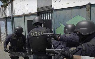 Αστυνομικοί των ΟΠΚΕ με αλεξίσφαιρα γιλέκα, αντιβαλλιστικά κράνη και προτεταμένα όπλα εισέβαλαν σε σκραπατζίδικα και σπίτια στον Ασπρόπυργο στις 16 Ιουλίου.