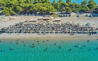 Kαι οι ακτές της Μαύρης Θάλασσας έχουν όμορφα μέρη και αξιόλογα παραλίμνια, και παραποτάμια θέρετρα υπάρχουν στα Βαλκάνια, αλλά... «σαν τη Χαλκιδική (φωτ.) δεν έχει». Είναι χαρακτηριστικό ότι ακόμη και ο Βούλγαρος «Τσιόδρας» δήλωσε ότι θα κάνει διακοπές στη Χαλκιδική (Φωτ. INTIME NEWS).