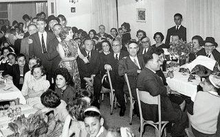 Στιγμές χαράς σε γιορτινές συγκεντρώσεις, όπου τα σεφαραδίτικα τραγούδια κρατούσαν δεμένα τα μέλη της συρρικνωμένης μετά τον αφανισμό ισραηλιτικής κοινότητας της Θεσσαλονίκης (Φωτ. AΡΧΕΙΟ ΕΒΡΑΪΚΟΥ ΜΟΥΣΕΙΟΥ ΘΕΣΣΑΛΟΝΙΚΗΣ).
