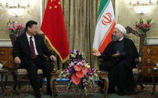 Ο Κινέζος Πρόεδρος Σι Τζινπινγκ (αριστερά) με τον Ανώτατο Ηγέτη του Ιράν Αγιατολάχ Αλί Χαμενεΐ κατά την επίσκεψη τοπυ πρώτου στην Τεχεράνη το 2016. (Φωτ.: Reuters)