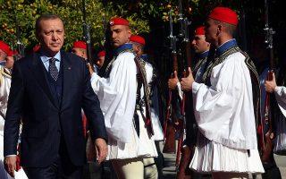 Ο Τούρκος πρόεδρος, κατά την πολυσυζητημένη επίσκεψή του στην Αθήνα τον Δεκέμβριο του 2017. Μεθαύριο Τρίτη, ο Ελληνας πρωθυπουργός –και υπουργός Εξωτερικών– θα βρίσκεται στην Αγκυρα.