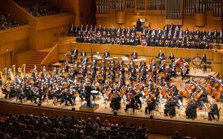Ο Στέφανος Τσιαλής απέδωσε με επιτυχία το συγκινησιακό περιεχόμενο του απαιτητικού –124 μουσικοί, δύο μονωδοί, δύο χορωδίες– έργου.