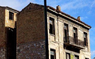 Στην οδό Αχιλλέως 30, κάτω από την πλατεία Καραϊσκάκη, στέκουν τα λείψανα της παλιάς γειτονιάς.