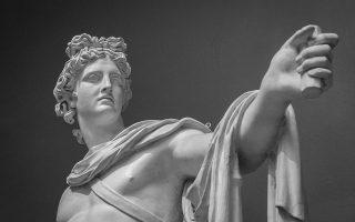 Οταν ο κορμός του Απόλλωνα δεν υπηρετεί πια τη λατρεία του, όταν στεκόμαστε μπροστά του χωρίς να αποτίουμε φόρο τιμής στον Απόλλωνα, η ζωή που αναβλύζει μέσα στο γλυπτό, αυτό που μας μιλάει και μας κοιτάζει κοιτώντας το, δεν μας τοποθετεί ως θνητούς σε σχέση με ένα θείο.