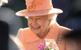 Η βασίλισσα Ελισάβετ Β΄ μετά την κυριακάτικη λειτουργία στο Δυτικό Νιούτον της Αγγλίας.