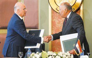 Ο Ελληνας υπουργός Εξωτερικών Νίκος Δένδιας και ο Αιγύπτιος ομόλογός του Σάμεχ Σούκρι ανταλλάσσουν θερμή χειραψία μετά την υπογραφή της ιστορικής συμφωνίας οριοθέτησης ΑΟΖ, χθες στο Κάιρο (φωτ. ΥΠΕΞ / Χαρης Ακριβιαδης).
