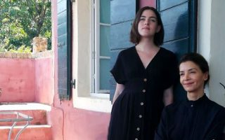 Σε πρωταγωνιστικό ρόλο στη νέα σειρά μυθοπλασίας της Cosmote TV  εμφανίζεται η Κατερίνα Λέχου (δεξιά).