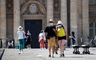 Mάσκες σε όλους τους δημόσιους χώρους επέβαλλε η Γαλλία σε μία προσπάθεια ελέγχου της διασποράς του κορωνοϊού (φωτ. REUTERS/Gonzalo Fuentes).