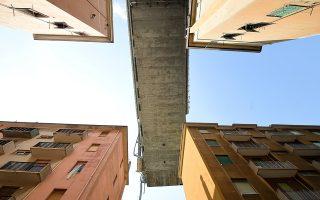 Τμήμα της γέφυρας Μοράντι που κατέρρευσε. Για εκείνους που έχασαν τους ανθρώπους τους στο τραγικό συμβάν τα τραύματα είναι νωπά.