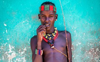 Τους αυτόχθονες 6 φυλών από όλον τον κόσμο περιλαμβάνει η ατομική φωτογραφική έκθεση του Γκάι Νίντχαμ.