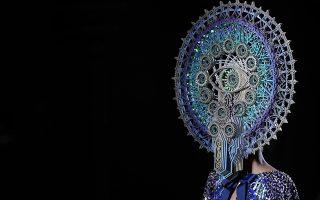 Μάσκες και καρναβάλια. Με ένα εξαίσιο αξεσουάρ κεφαλιού (πώς αλλιώς να το ονομάσει κανείς;) εμφανίστηκαν τα  περισσότερα μοντέλα του Manish Arora. Ο Ινδός μόδιστρος παρουσίασε την δουλειά του στην Εβδομάδα Μόδας του Παρισιού που θα διαρκέσει μέχρι τις 5 Μαρτίου.  EPA/IAN LANGSDON