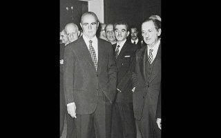 Ο υπουργός Εθνικής Αμύνης Ευ. Αβέρωφ (δεξιά), από τους στενότερους συνεργάτες του Κων. Καραμανλή, μετά τις συλλήψεις των συνωμοτών ανακοίνωσε στη Βουλή το τέλος της κάθαρσης των υπολειμμάτων της δικτατορίας. Φωτ. ΙΔΡΥΜΑ «ΚΩΝΣΤΑΝΤΙΝΟΣ Γ. ΚΑΡΑΜΑΝΛΗΣ»