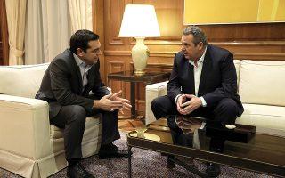 Ο Αλέξης Τσίπρας και ο Πάνος Καμμένος πριν από το πολιτικό διαζύγιο. Το Μέγαρο Μαξίμου προσπαθεί να περιορίσει τις αντιδράσεις του προέδρου των ΑΝΕΛ.