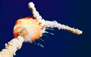 73 δευτερόλεπτα μετά την εκτόξευσή του, στις 28 Ιανουαρίου 1986, το διαστημικό λεωφορείο «Τσάλεντζερ» εξερράγη οδηγώντας στον θάνατο τους αστροναύτες Φράνσις Σκόμπι, Μάικλ Σμιθ, Τζούντιθ Ρέσνικ, Ελισον Ονιζούκα, Ρόναλντ Μακνέαρ, Γκρέγκορι Τζάρβις και τη δασκάλα Κρίστα Μακόλιφ.