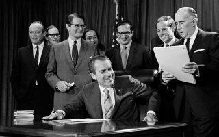 Ο πρόεδρος Νίξον στρέφεται προς τον γενικό εισαγγελέα Τζον Μίτσελ, μετά την υπογραφή νόμου για την καταπολέμηση των ναρκωτικών, Οκτώβριος 1970.