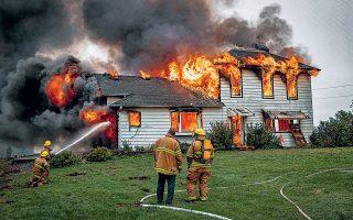 Η εντυπωσιακή κατοικία της οικογένειας Ρίτσαρντσον γίνεται στάχτη στις «Μικρές φωτιές». Η τακτοποιημένη ζωή της παραδόθηκε στις φλόγες, που δεν υπακούουν σε κανόνες, δεν σέβονται τα καλομελετημένα σχέδιά της για το μέλλον, δεν νοιάζονται για την αψεγάδιαστη εικόνα της μικρής πόλης Σέικερ Χάιτς όπου υπάρχει πρόγραμμα για το καθετί.