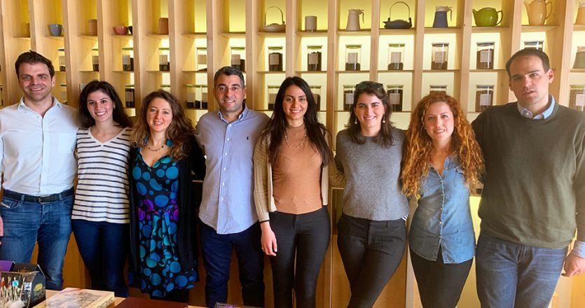 Οι οχτώ από τους δώδεκα εθελοντές του akapnos.gr που συμμετέχουν ενεργά στην προσπάθεια. Από αριστερά προς τα δεξιά: Γιώργος Μπαλαφούτης, Αμαλία Τόλιου, Ελένη Κουρνέτα, Σταύρος Παπαδάκης, Φιόρη Παπαναστασίου, Μελισσάνθη Παππά, Φράνσις Μόσχου, Διονύσης Μακρής.