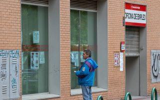 Ενας άνδρας έξω από γραφείο αναζήτησης εργασίας στην Ισπανία. Η ισπανική και η ιταλική κυβέρνηση αποφάσισαν την παράταση των προγραμμάτων στήριξης μέχρι τον Δεκέμβριο.
