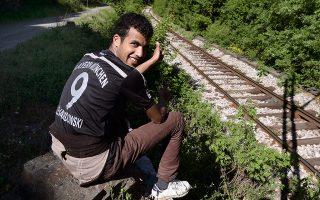 Σύρος πρόσφυγας με μπλούζα της Μπάγερν Μονάχου, στον δρόμο για τη Γερμανία.
