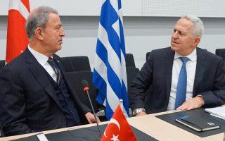 Ο υπουργός Εθνικής Αμυνας Ευάγγελος Αποστολάκης με τον Τούρκο ομόλογό του Χουλουσί Ακάρ, χθες, στις Βρυξέλλες.