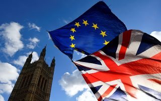 Η ανησυχία των επενδυτών για την πορεία της διεθνούς οικονομίας παραμένει αμείωτη, ενώ, μόλις έξι εβδομάδες πριν από την προγραμματισμένη έξοδο της Βρετανίας από την Ε.Ε., το Κοινοβούλιο δεν έχει ακόμη εγκρίνει τους όρους εξόδου, διατηρώντας τον φόβο για σενάριο «άτακτης εξόδου».