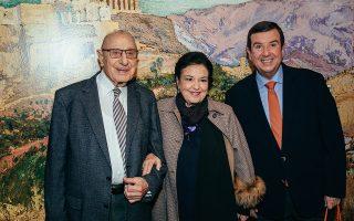 Η Μαρίνα Λαμπράκη με τον Βασίλη Θεοχαράκη και τον Τάκη Μαυρωτά, την περασμένη Δευτέρα στα εγκαίνια.