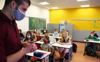 Στη Γερμανία, στην πόλη Χάναου στο κρατίδιο της Εσσης, τα σχολεία έχουν ήδη αρχίσει να λειτουργούν, με τους μαθητές να φορούν οικειοθελώς μάσκες (φωτ. REUTERS/Kai Pfaffenbach).