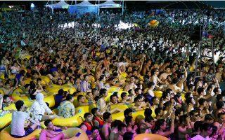 Χιλιάδες άνθρωποι συγκεντρώθηκαν το Σαββατοκύριακο, χωρίς μάσκες ή μέτρα κοινωνικής αποστασιοποίησης, στο υδάτινο πάρκο Μάγια Μπιτς προκειμένου να συμμετάσχουν σε μουσικό φεστιβάλ (φωτ. REUTERS).
