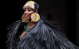 Ετοιμες οι κυρίες από τα νησιά της Καραϊβικής. Μαγιό, φτερά, λαμπερό μακιγιάζ και μπόλικη διάθεση για χορό ήταν τα συστατικά του καρναβαλιού του Notting Hill που έφερνε λίγη «τροπική» λάμψη στο Λονδίνο. Δυστυχώς όμως λόγω κορωνοϊού δεν θα πραγματοποιηθεί φέτος άλλά θα γίνει ψηφιακά...REUTERS/Toby Melville
