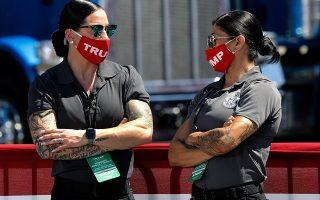 Τα κορίτσια του Τραμπ. Γυμνασμένες όσο πάει και με γυαλιά καθρέπτες οι υπεύθυνες ασφαλείας του Miriotti Building Factory στο Old Forge. Εκεί ο πρόεδρος Τραμπ έκανε μια προγραμματισμένη προεκλογική ομιλία. EPA/Peter Foley