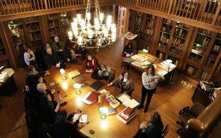 Θησαυροί, όπως το βιβλίο «Τα ερωτήματα του Μανουήλ Χρυσολωρά» που τυπώθηκε το 1456 στην Ιταλία, εκδόσεις του 15ου αιώνα, χειρόγραφα, προεπαναστατικά περιοδικά και επαναστατικές εφημερίδες παρουσιάζονται στο πλαίσιο της ωριαίας ξενάγησης που διοργανώνει η Κοινοβουλευτική Βιβλιοθήκη με την υποστήριξη του Δικτύου Πολιτισμού του Δήμου Αθηναίων.