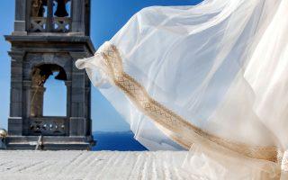 Τα τελευταία χρόνια ο γάμος γίνεται αφορμή για διακοπές: βουνά, παραλίες, πόλεις και χωριά μπαίνουν στο GPS των μελλονύμφων. (Φωτογραφία: φωτογρά...φως/www.fotografos-tinos.gr)