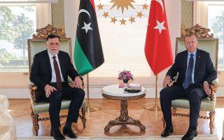 O επικεφαλής της διεθνώς αναγνωρισμένης λιβυκής κυβέρνησης Φαγέζ αλ Σαράζ και ο Τούρκος πρόεδρος Ταγίπ Ερντογάν ποζάρουν για τους φωτογράφους, τον περασμένο Ιούλιο, στην Κωνσταντινούπολη. Φωτ. A.P.