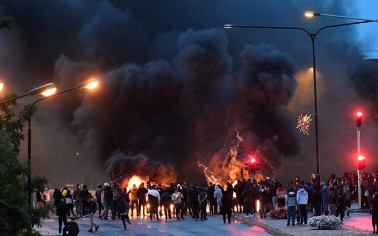 Σοβαρά επεισόδια στο Μάλμο της Σουηδίας ύστερα από διαδήλωση ακροδεξιών