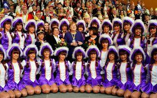 Η Γερμανίδα καγκελάριος Αγκελα Μέρκελ ποζάρει με τις χορεύτριες πληρώματος στη διάρκεια της καθιερωμένης δεξίωσης για το καρναβάλι.
