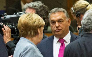 Φωτογραφία αρχείου του Ούγγρου πρωθυπουργού Βίκτορ Ορμπαν με την καγκελάριο Αγκελα Μέρκελ, στις Βρυξέλλες.