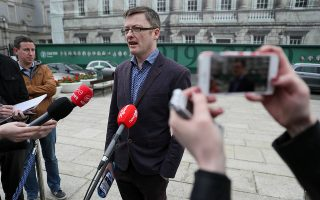 Ο Ιαν Οστιν ανακοινώνει την απόφαση αποχώρησής του από το Εργατικό Κόμμα.